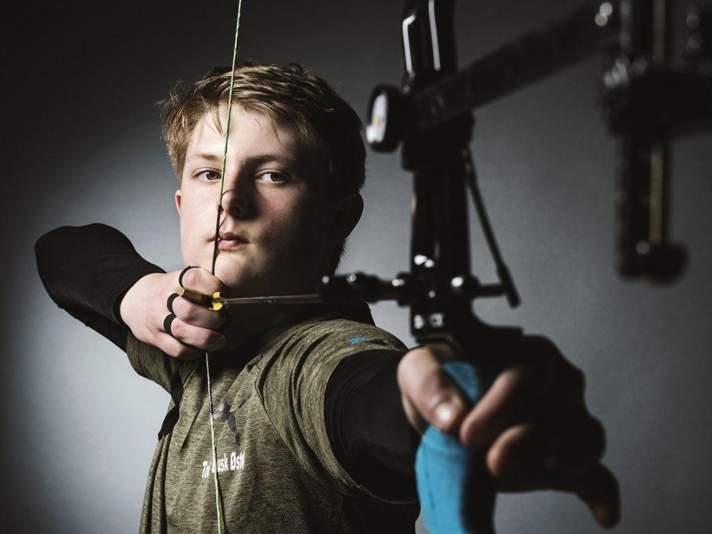 Junge mit Bogen