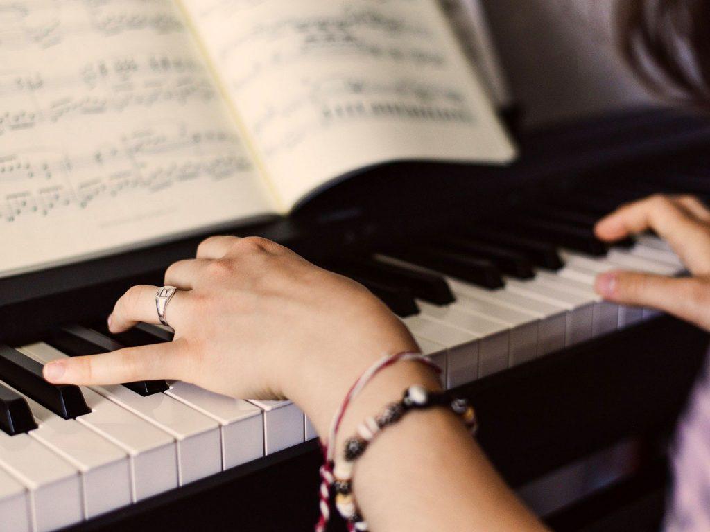 Klavierspielerin und Notenblatt