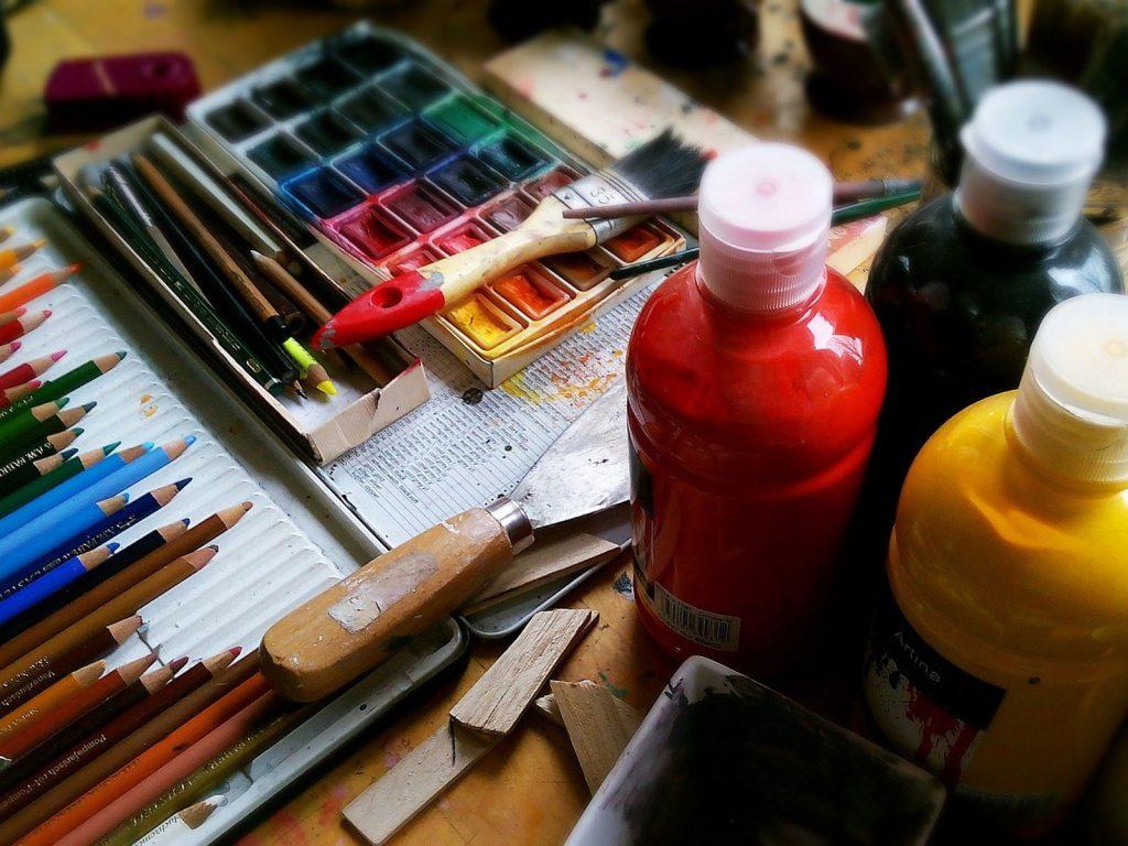 Buntstifte und Farben